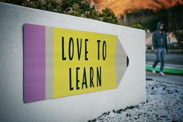 Education quotes - sign that reads 'love to learn'.